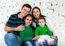 Portret szczęśliwa uśmiechnięta rodzina Obraz Stock