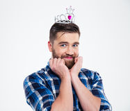 Portret szczęśliwy kobiecy mężczyzna w królowej koronie Obrazy Stock
