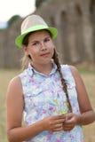 Portret szczęśliwy poważny nastoletni obsiadanie na haystack Fotografia Royalty Free
