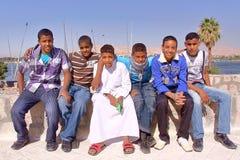 Portret Sześć powitalnych młodych Egipskich chłopiec pozuje na Wschodnim banku Nil fotografia stock