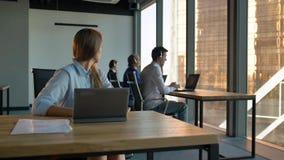 Portret szefa bizneswomanu chwyta centrum telefonicznego agencja w biznesowym biurze zdjęcie wideo
