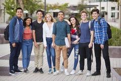 Portret szkoła średnia ucznie Na zewnątrz szkoła wyższa budynków zdjęcia stock