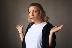 portret szokująca kobieta Zdziwiona blondynki dziewczyna z rozpieczętowanym usta zdjęcia stock