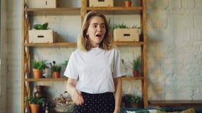 Portret szokująca dziewczyna patrzeje kamerę z wyrażeniem podniecenie i niespodzianka na jej twarzy pozytywne emocje zbiory