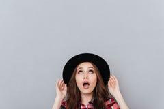 Portret szokująca młoda kobieta w kapeluszowy przyglądający up Obraz Royalty Free