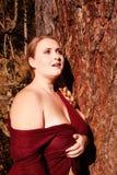 Portret tłuściuchna młoda kobieta z dużymi piersiami zdjęcia royalty free