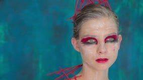 Portret tajemnicza dziewczyna z kreatywnie makijażem i elegancką fryzurą zbiory