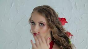 Portret tajemnicza dziewczyna z kreatywnie makijażem i elegancką fryzurą zbiory wideo