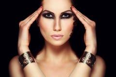 Portret tajemnicza kobieta z ekstrawaganckim makeup Fotografia Royalty Free