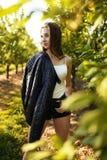 Portret tajemnicza młoda kobieta w gaju drzewa Patrzeje bieżące włosiane pokrywy i strona jej twarz fotografia royalty free