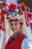 Portret tancerz dziewczyna od Bułgaria w tradycyjnym kostiumu Obraz Stock