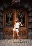 Portret target308_0_ kobieta przed drzwi Zdjęcia Royalty Free
