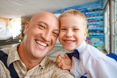 Portret tata i syna szczęśliwy przytulenie obrazy stock