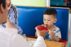 Portret todler dzieciak z jego wychowywa ?asowanie tort obraz stock