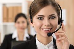 Portret towarzyszący jej drużyną centrum telefoniczne pracownik Fotografia Stock