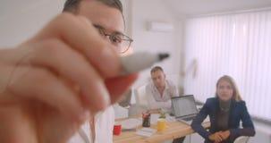 Portret trzy collleagues pracuje wpólnie w biurze indoors Biznesmen pisze pomysłach na ekranie zbiory wideo