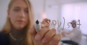 Portret trzy collleagues pracuje wpólnie w biurze indoors Bizneswoman pisze formule na ekranie jak dalej zdjęcie wideo