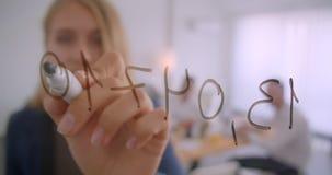 Portret trzy collleagues pracuje wpólnie w biurze indoors Bizneswoman pisze pomysłach na ekranie jak dalej zbiory wideo