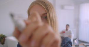 Portret trzy collleagues pracuje wpólnie w biurze indoors Kaukaski bizneswoman pisze formule na zdjęcie wideo