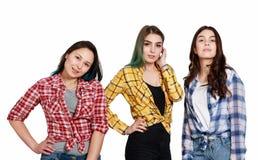 Portret trzy młodej pięknej nikłej dziewczyny kobiety w szkockich krat koszula czerwień, kolor żółty i błękit, Odizolowywający na zdjęcia stock