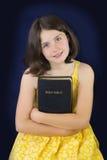Portret trzyma Świętą biblię piękna mała dziewczynka obrazy stock