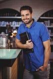 Portret trzyma dzienniczek przy włosianym salonem męski fryzjer Obrazy Royalty Free