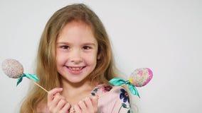 Portret trzyma Easter jajka powabna młoda dziewczyna Zdziwiona roześmiana twarz zbiory wideo