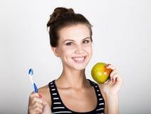 Portret trzyma jabłka młoda kobieta toothbrush i, stomatologiczny zdrowia pojęcie Obrazy Royalty Free