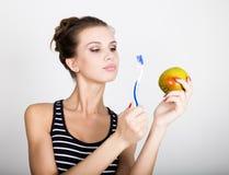 Portret trzyma jabłka młoda kobieta toothbrush i, stomatologiczny zdrowia pojęcie Obrazy Stock