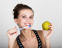 Portret trzyma jabłka młoda kobieta toothbrush i, stomatologiczny zdrowia pojęcie Fotografia Stock