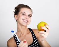 Portret trzyma jabłka młoda kobieta toothbrush i, stomatologiczny zdrowia pojęcie Obraz Royalty Free
