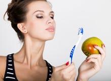 Portret trzyma jabłka młoda kobieta toothbrush i, stomatologiczny zdrowia pojęcie Obraz Stock