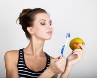 Portret trzyma jabłka młoda kobieta toothbrush i, stomatologiczny zdrowia pojęcie Zdjęcia Royalty Free
