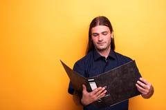 Portret trzyma kartotekę mężczyzna obraz royalty free