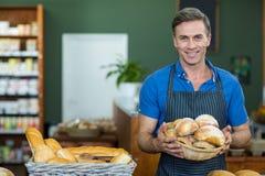 Portret trzyma kosz chleb męski personel Obrazy Stock