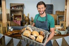 Portret trzyma kosz chleb męski personel Zdjęcie Royalty Free