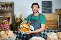 Portret trzyma kosz chleb męski personel Zdjęcia Stock