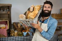 Portret trzyma kosz chleb męski personel Obraz Royalty Free