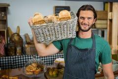 Portret trzyma kosz chleb męski personel Zdjęcie Stock