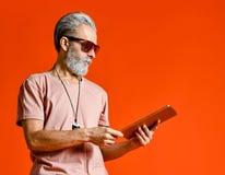 Portret trzyma pastylka komputer osobistego biznesmen fotografia royalty free