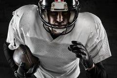 Portret trzyma piłkę futbolu amerykańskiego gracz Zdjęcie Royalty Free