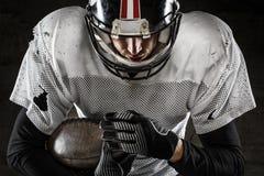 Portret trzyma piłkę futbolu amerykańskiego gracz Obraz Royalty Free