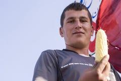 Portret Trzyma Słodkie kukurudze w ręce młody człowiek Obraz Royalty Free