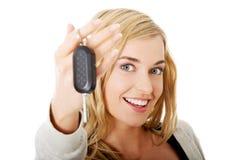 Portret trzyma samochodowego klucz szczęśliwa kobieta Zdjęcia Royalty Free