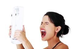 Portret trzyma skala rozochocona kobieta Fotografia Stock
