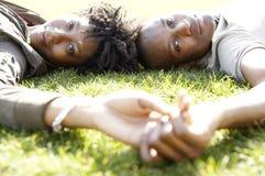 Portret turystyczna para w parku. Zdjęcia Royalty Free