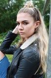 Portret twarda przyglądająca nastoletnia dziewczyna z jej nosem przebijającym Obraz Stock