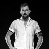 Portret twardy przyglądający mężczyzna z brodą i tatuować rękami fotografia stock