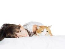 Portret twarzy dziecka dzieciaka dziewczyny śmieszna caucasian siostra z czerwonym kotem odizolowywającym Obrazy Royalty Free