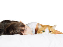 Portret twarzy dziecka dzieciaka dziewczyny śmieszna caucasian siostra z czerwonym kotem odizolowywającym Zdjęcie Stock